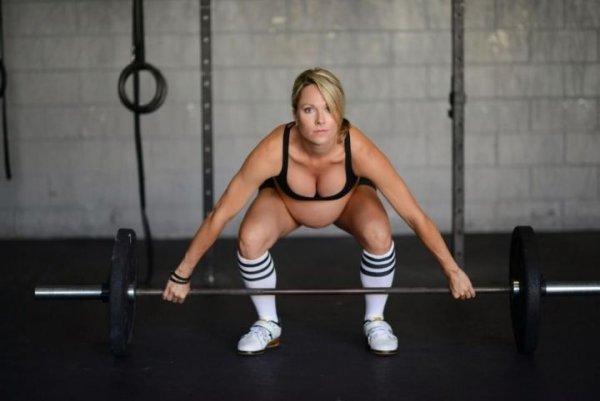 強悍女懷孕8月仍繼續狂練空手道舉重