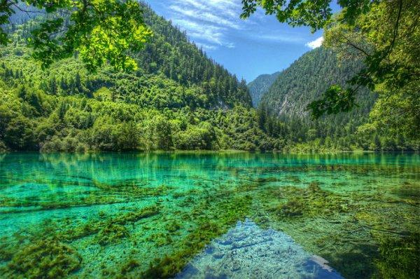 21. 位於四川省的九寨溝和國家公園