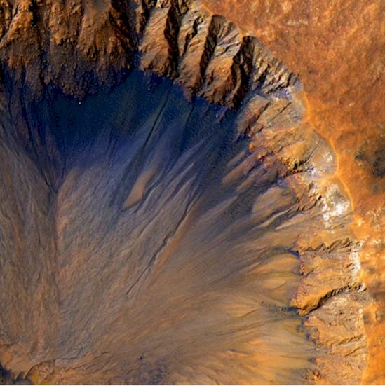 1. 火星上新出現的撞擊坑, 寬度超過半英里。