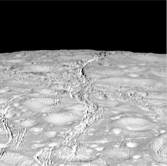 6. 不過, 接近飛過恩西拉德斯的表面可以看到那些裂隙延伸到了北極。