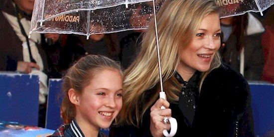 16. 凱特·莫斯(右邊)和她的女兒萊拉格蕾絲·莫斯(左)。