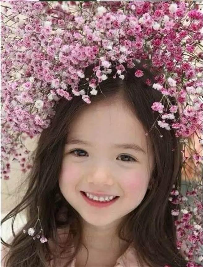 擁有英國與韓國血統,被網友封為「從油畫里走出來的小女孩」。