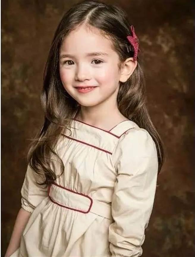 目前職業為小小模特兒,曾站上首爾時裝舞台。
