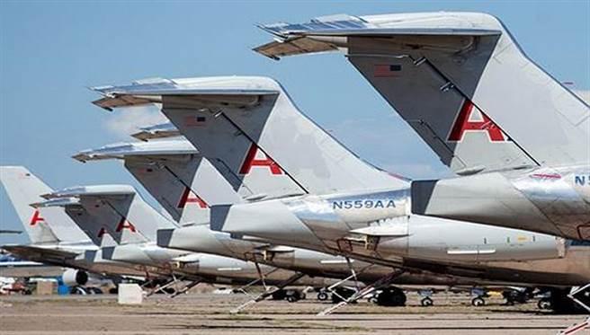 一排排飛機隊列在空地上延伸,一望無際。