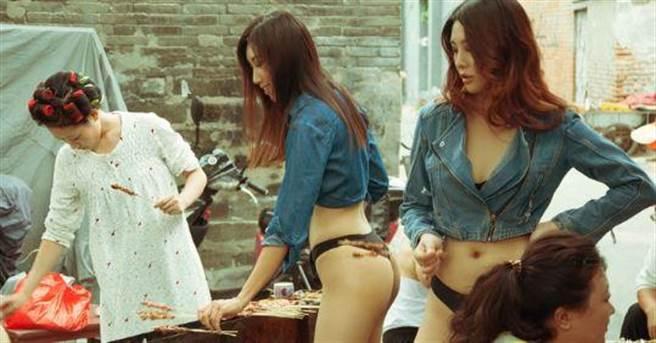 春節的時候,攝影師劉嘉楠微博上發布了一組:一群嫩模穿著內衣,拿著春...
