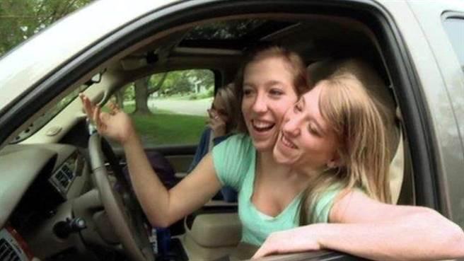 艾比和布列塔尼(Abby and Brittany Hensel),兩人是一對雙胞胎姐妹,不過,她...