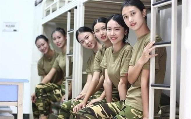 中國高中以上新生入學前,均要上軍訓課程,而四川西南航空學院一名新生...