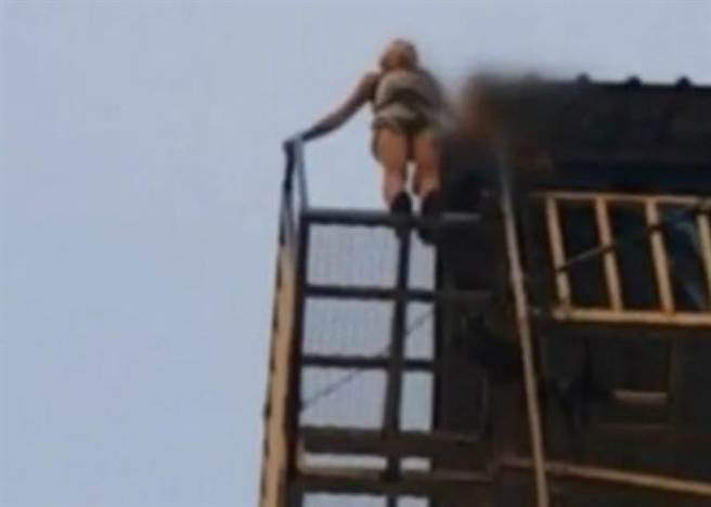 幸好高台的下方有一個深水池,女子跌落水中保住性命。該名女子雖然大難...