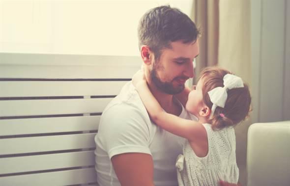 媽媽爸爸和小孩一起所組成的快樂家庭,它的共通點就是孩子都是「愛爸族...