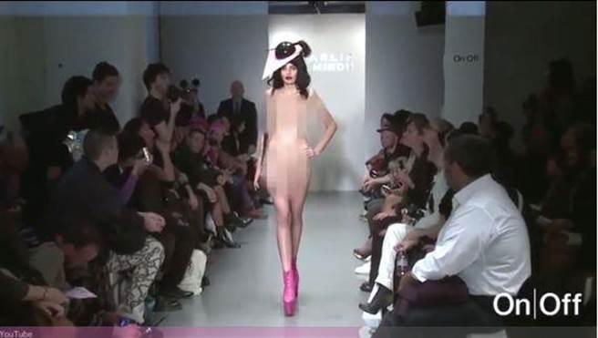 在倫敦時裝周期間,一位模特全身赤裸,只戴著假髮和穿著皮靴登場,驚艷...