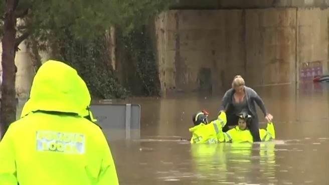 影片中事件發生的地點位於西班牙蘇埃卡地區,被困在水上的金髮女子是莎...