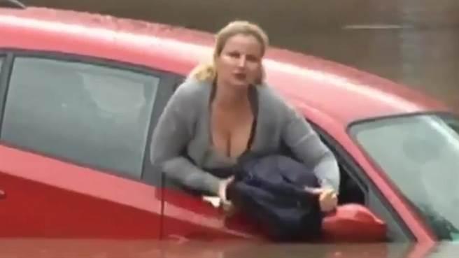 整段救援過程被電視工作人員拍攝,但莎莉波濤洶湧的身材卻意外成為注目...