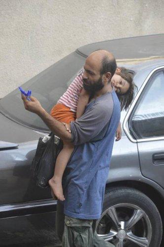 這名男人名叫阿布杜,是有著兩名孩子的單親爸爸。<br /> <br /> 他們...