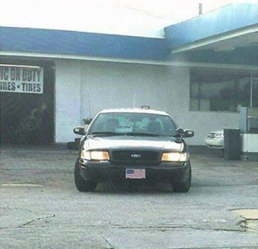 她把巡邏車停泊在加油站的停車位,然後走向蜷縮在加油站的男子。
