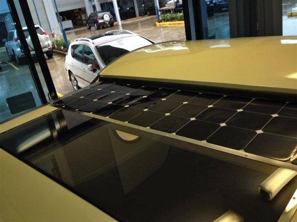 提供這一切電力的是一個110W太陽能電池板系統,只要從露營車頂的拉出部...