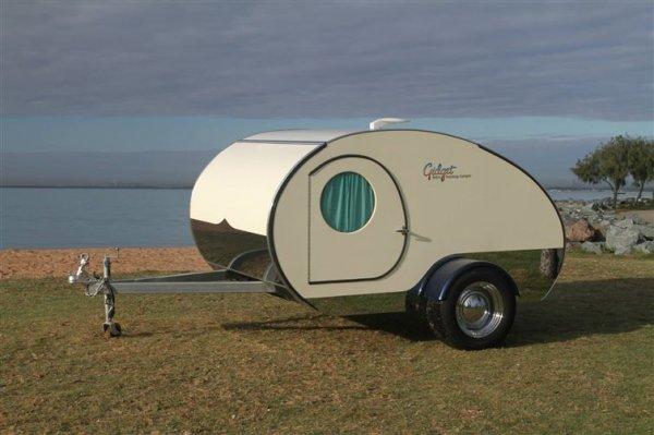 看起來是一個簡單得很,又小又簡易的露營車。
