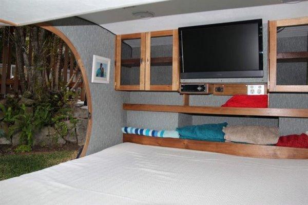 你不會想到如此小的一個裝箱可以容納一整個大號床,但它就是能。