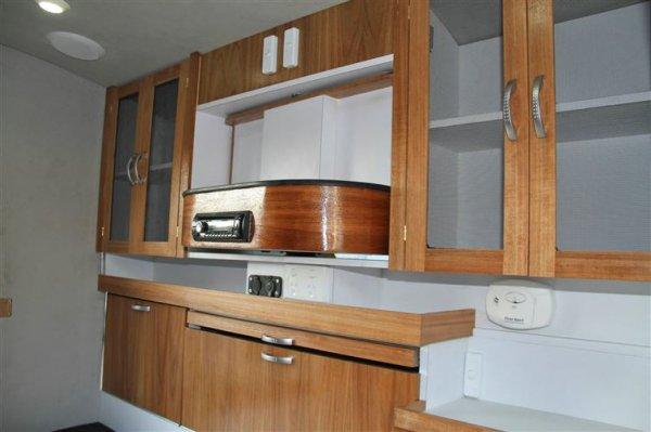裡面裝有櫥櫃,一個可拉出的桌子,插座,一氧化碳探測儀和一個旋轉處的...