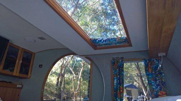 甚至可以在車頂打開一個天窗,使整體感覺更寬敞,你還可以在星空下入眠...