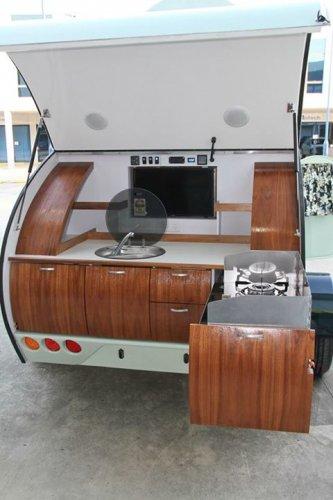 後部彈開來可以使用廚房,配有水槽,灶具,冷卻器以及旋轉另一側的娛樂...