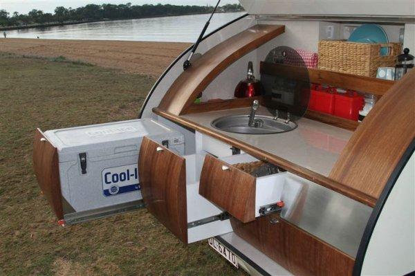 附有玻璃蓋的水槽從多達120公升的儲罐吸取加壓水。
