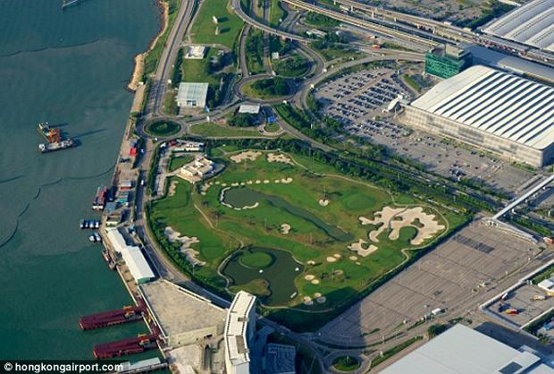 6. 覺得在機場很無聊嗎?香港國際機場的2號航站旁就有座九洞高爾夫球場...