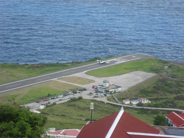 4. 在加勒比地區,薩巴島擁有世界上最小的官方機場,跑道僅長1299英尺。<b...