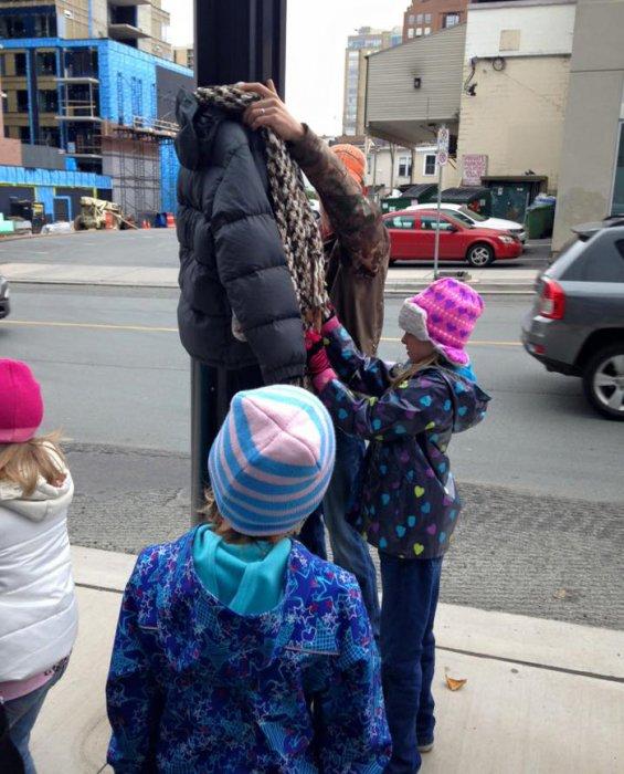 塔拉的女兒和朋友們把冬裝掛在路邊的燈柱上任流浪漢索取。