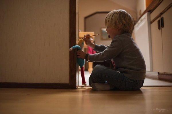 卡登在測量玩偶的高度, 有16公分高呢。