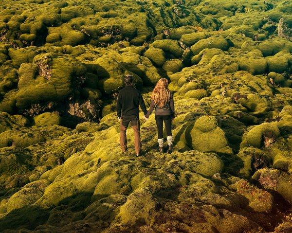 几个星期后, 他们在没完整计划下说走就走, 并住在厢形车里环游冰岛。