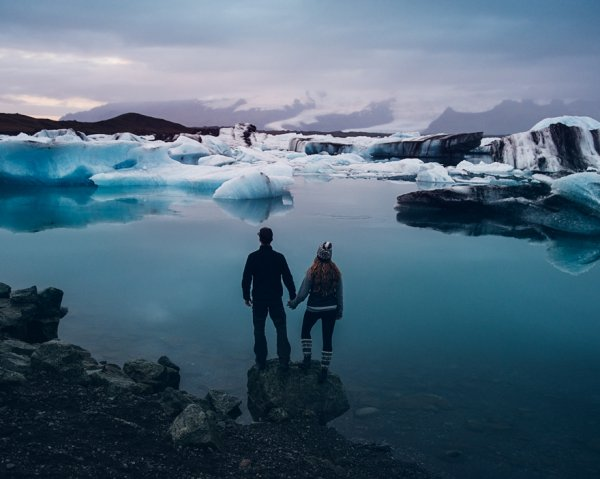 """他们坐在那里默默地思索, 雷切尔说:""""不如我们到冰岛旅游结婚吧?"""
