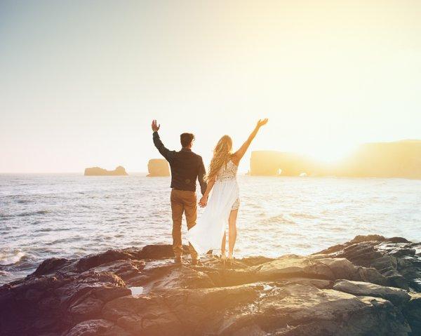 他们在当场交换了誓言, 两人单独在一起尽情甜蜜, 唯有大自然作为见证...