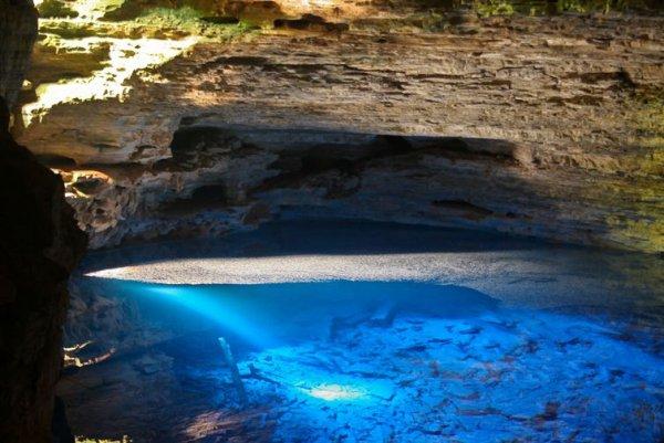 巴西廣闊的沙帕達迪亞曼蒂納國家公園內有兩座寶石般奪人眼球的隱身藍池...