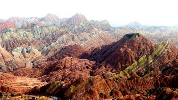張掖丹霞地貌是由紅色砂岩和許多不同的礦物質沉積而成,並經歷了2400萬...