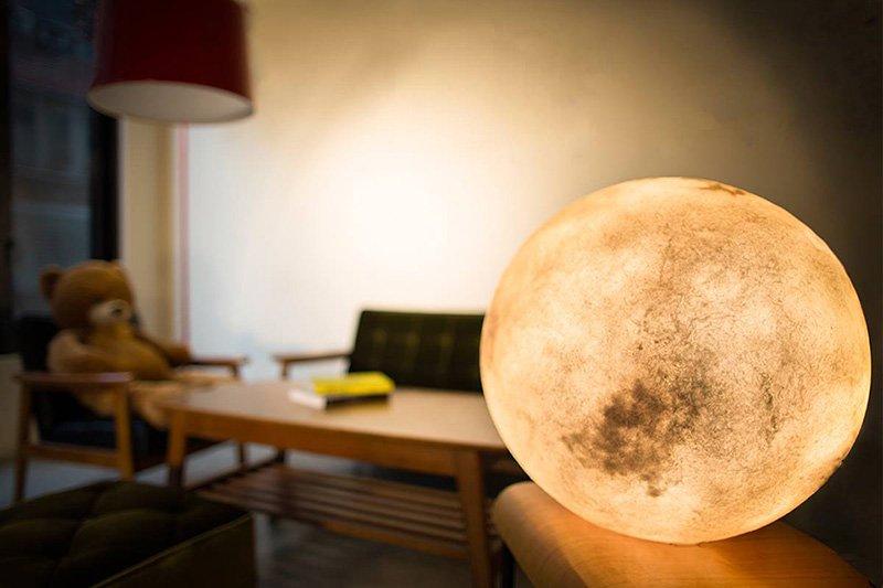 台灣橡果藝術作室最近推出了新的照明系統,模仿了月亮的顏色和形狀。<br...