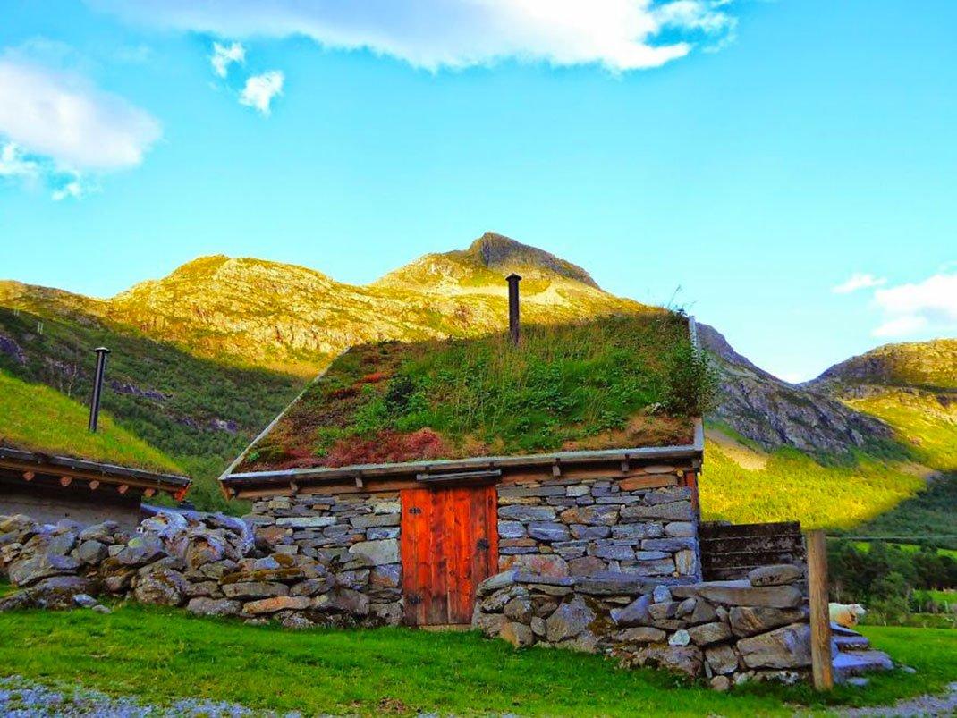 2. 挪威的西北海岸的小建築物.