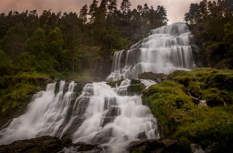 19. 從斯萬達爾城鎮流過來的瀑布