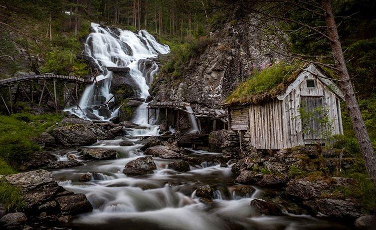 15. 克維德那瀑布流到一所廢棄的老農舍