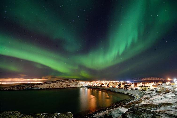 1. 比圭內斯小漁村上的北極光