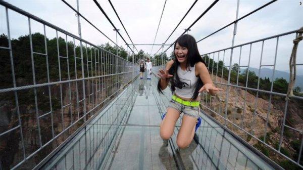 玻璃天橋長達300米懸掛在距離地面180米高,最近才開放給公眾參觀,以作為...
