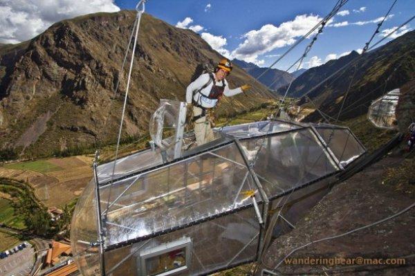 住客住在從聖谷高山上垂掛下來的透明豪華艙里。