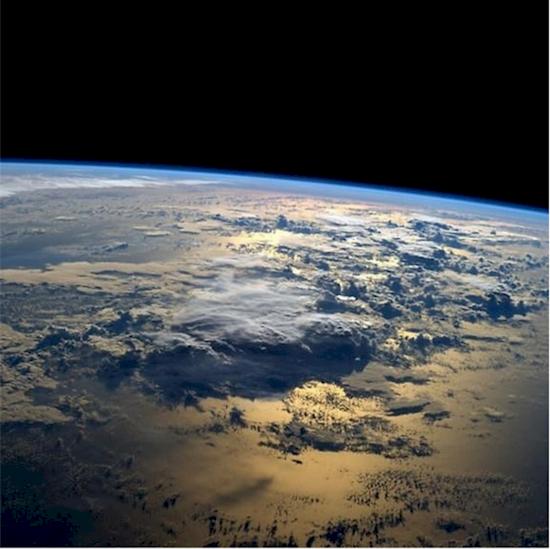 15. 海洋上的日出, 以時速17,000 英里行駛的國際空間站的太空人在每90分鐘...