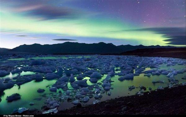 漂浮在湖面上的小冰塊