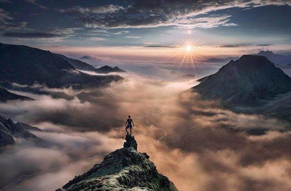 站在高山的頂端觀望整個冰島