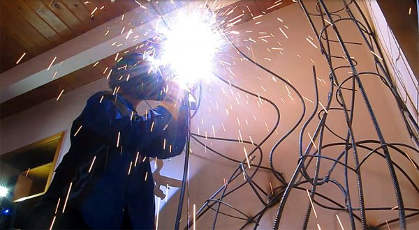 他通過私人焊接課程設計出合理的童話樹骨骼結構