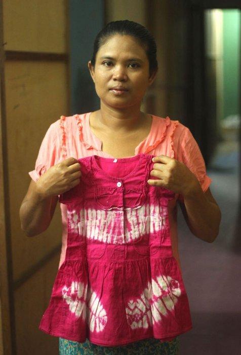 帶著她九歲女兒的裙子。