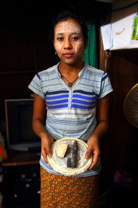 一盤檀娜卡——傳統的滑石粉草藥, 那是她所有的家人都使用過的寶物。