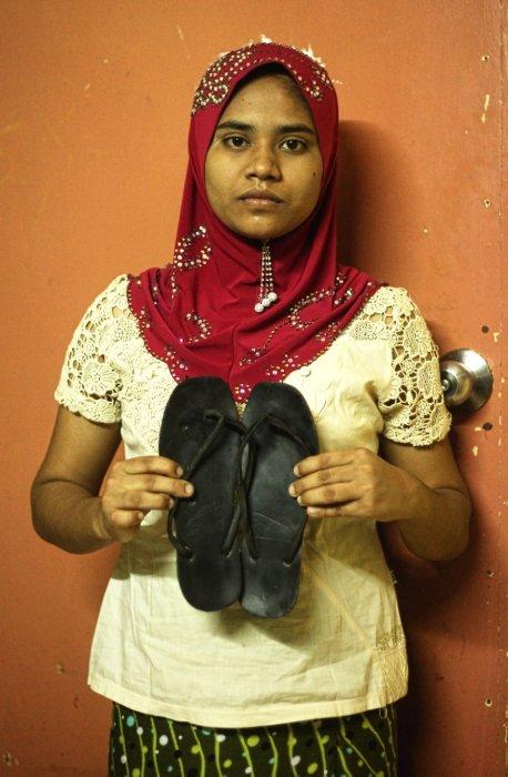 她和穿著逃來馬來西亞的拖鞋。