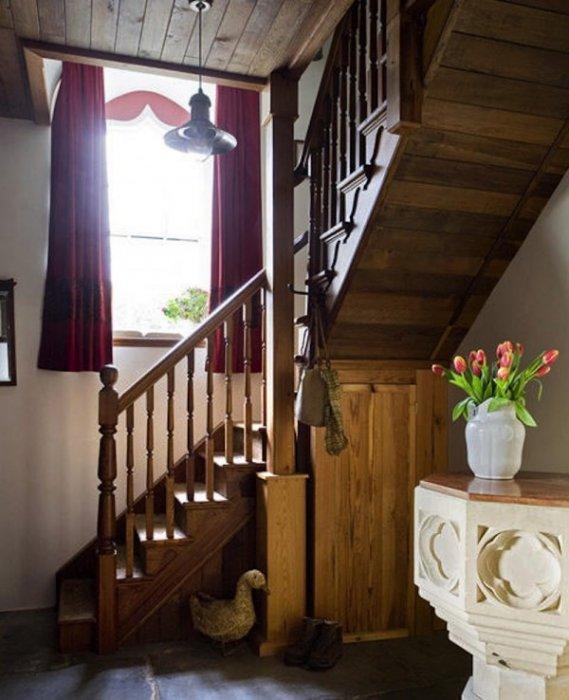 樓梯所散發出的溫暖, 有教堂的氛圍。
