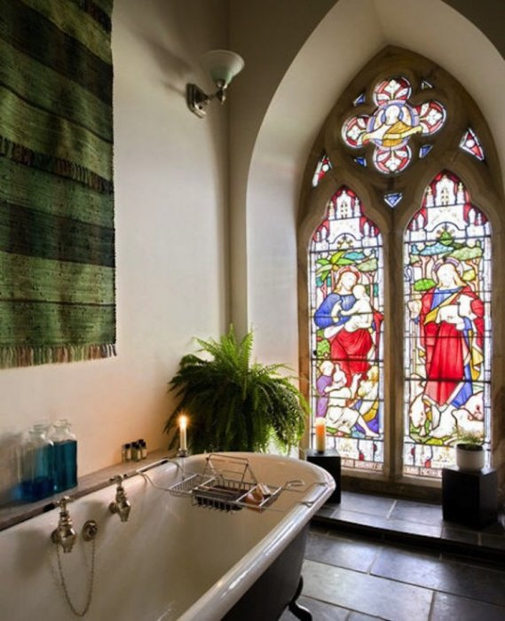 這個法式浴室 擁有一副神聖的畫面。 想像在這裡來個泡泡浴的感覺吧。
